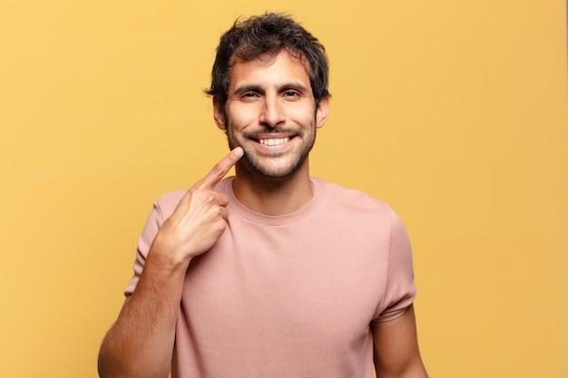 Giovane uomo indiano bello. espressione felice e sorpresa