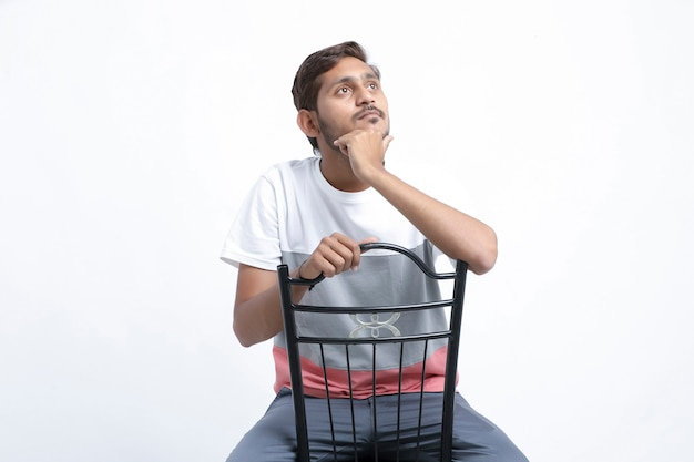 Bel giovane uomo indiano seduto pensieroso