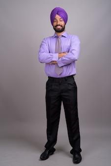 Giovane uomo d'affari indiano bello sikh che indossa il turbante