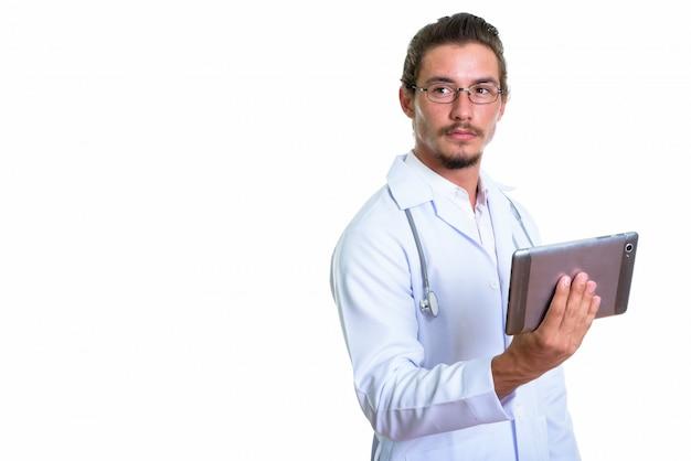 Giovane medico bello dell'uomo che tiene compressa digitale