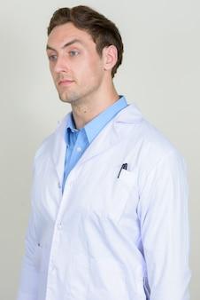 Medico del giovane uomo bello con capelli ondulati isolati