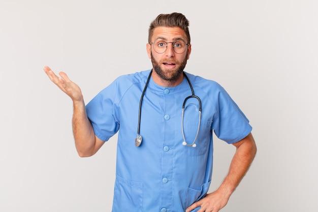 Giovane uomo bello sentirsi felice, sorpreso di realizzare una soluzione o un'idea. concetto di infermiera