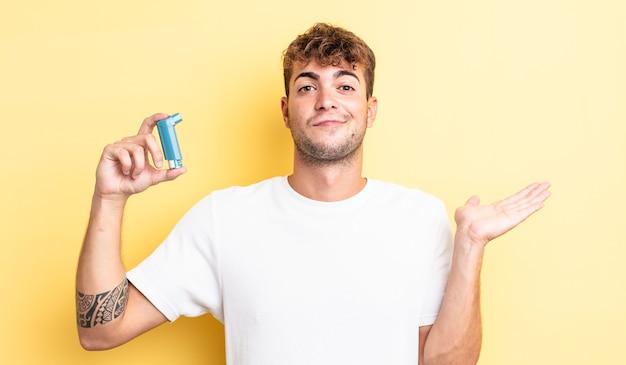 Giovane bell'uomo che si sente perplesso, confuso e dubbioso. concetto di asma