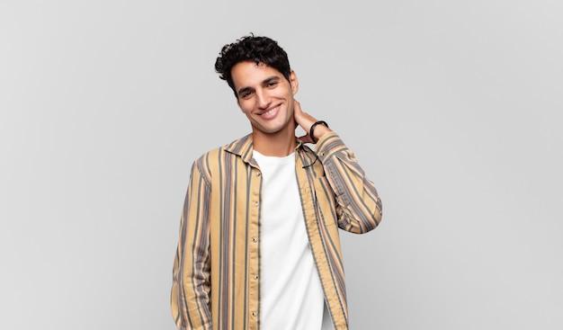 Giovane bell'uomo che ride allegramente e con sicurezza con un sorriso casuale, felice e amichevole