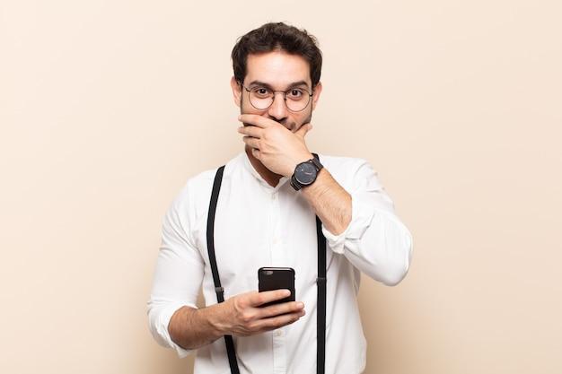 Giovane uomo bello che ride di te, indica la telecamera e ti prende in giro o ti prende in giro