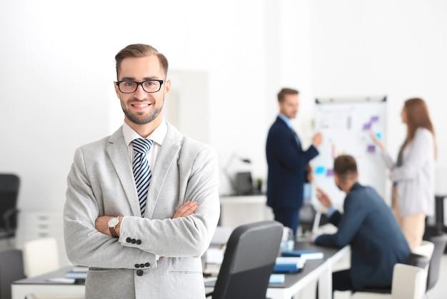 Giovane bell'uomo in ufficio