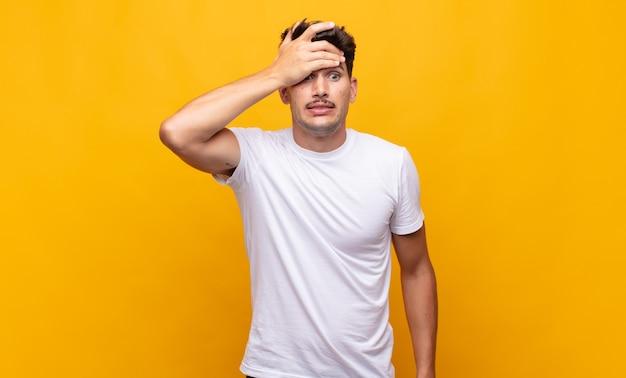 Giovane uomo bello in preda al panico per una scadenza dimenticata, sentendosi stressato, dovendo coprire un pasticcio o un errore