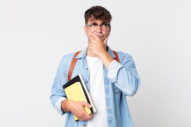 Giovane bell'uomo che pensa, si sente dubbioso e confuso. concetto di studente universitario
