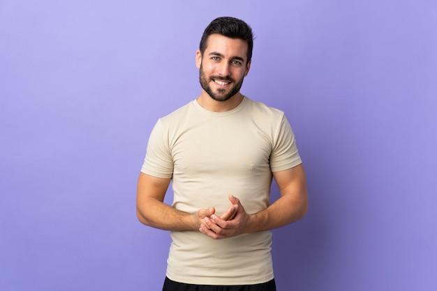 Giovane uomo bello con la barba sopra la risata isolata