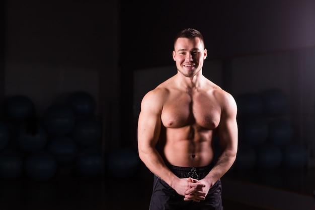 Giovane posa muscolare bella dell'uomo