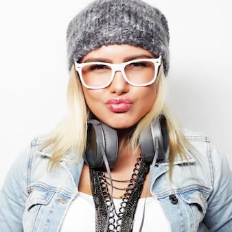 Giovane donna bionda felice, ripresa in studio Foto Premium