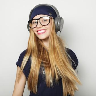 Giovane donna bionda felice, ripresa in studio