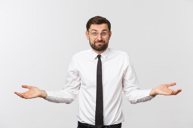 Giovane imprenditore felice gesticolando con le mani e mostrando equilibrio o non importa