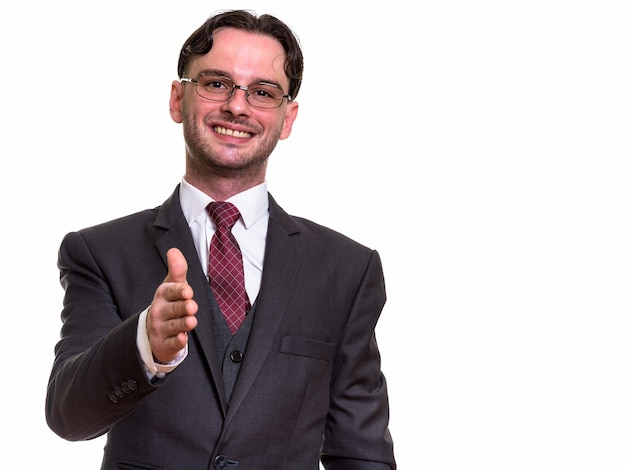 Giovane imprenditore felice sorridente mentre dà la mano
