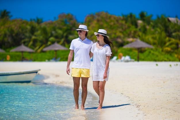 Giovani coppie felici durante le vacanze estive della spiaggia