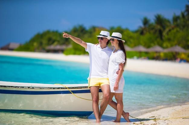Giovani coppie felici durante la vacanza della spiaggia