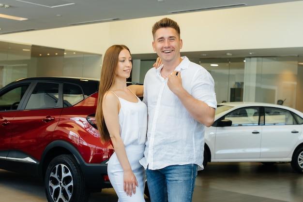 Giovane coppia felice felice di acquistare una nuova auto