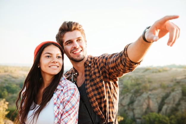 Giovani coppie felici sul sentiero escursionistico