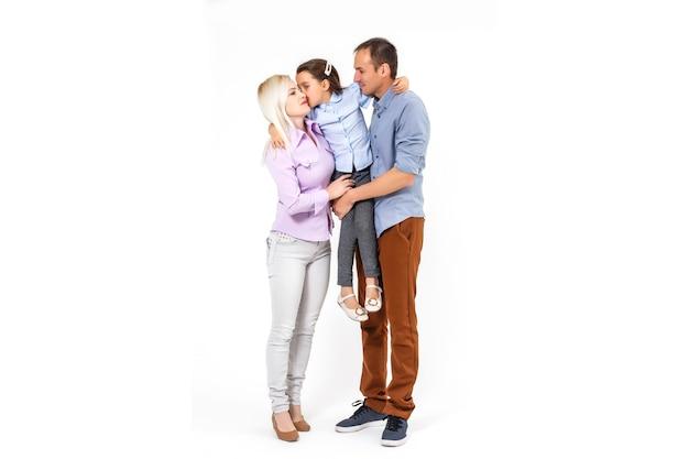 Giovane famiglia felice che si diverte su sfondo bianco