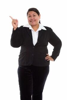 Giovane imprenditrice asiatica grassa felice con abito elegante