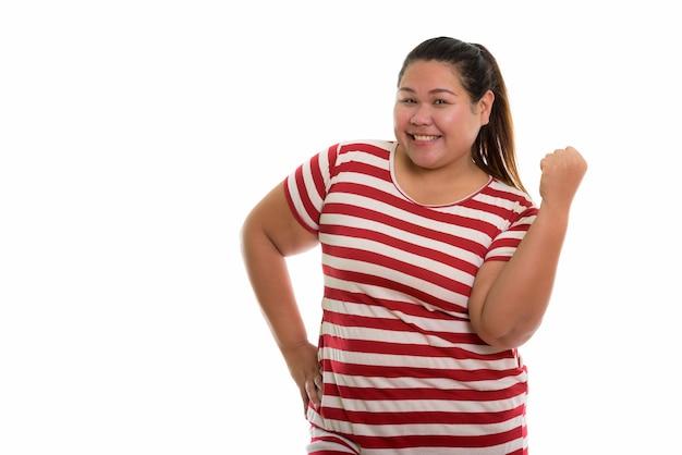 Giovane donna asiatica grassa felice che sorride