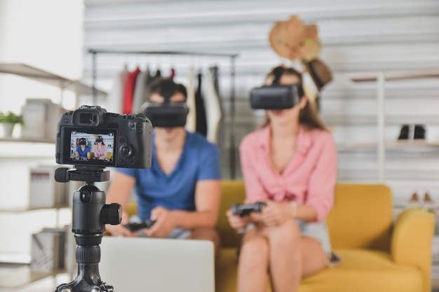 Giovani amici felici che condividono contenuti su piattaforma di streaming blogger