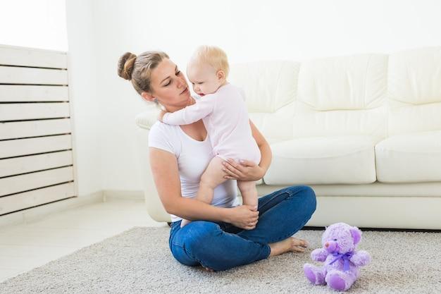 La giovane madre amorevole felice e la sua bambina stanno giocando. assistenza materna. assistenza all'infanzia.