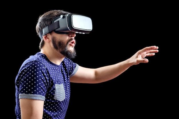 Giovane uomo felice vivendo la realtà virtuale