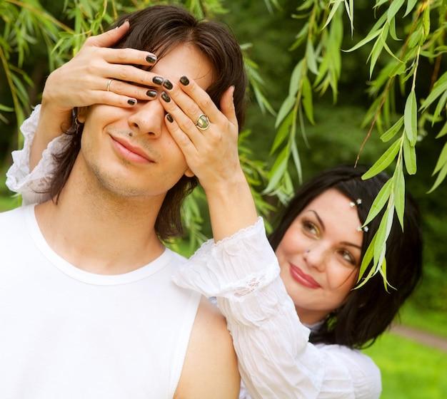 Giovani coppie attraenti sorridenti felici