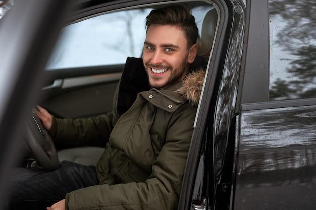Giovane uomo caucasico sorridente felice. autista