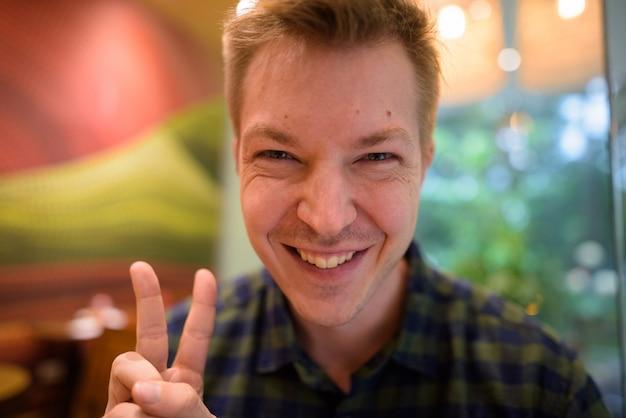 Selfie personale di punto di vista del giovane uomo turistico felice