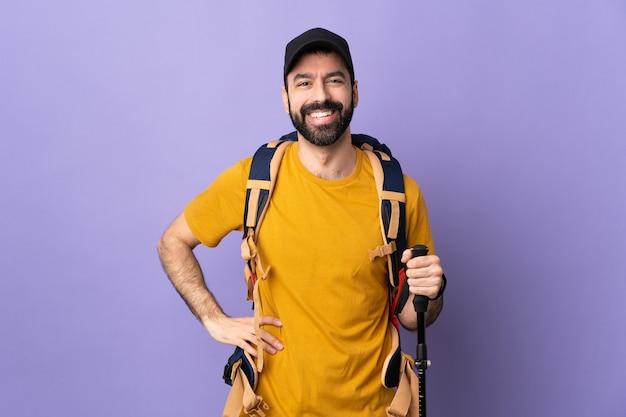 Uomo giovane escursionista isolato
