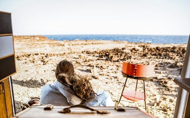 Coppia giovane hipster in spiaggia che viaggiano insieme sul mini van