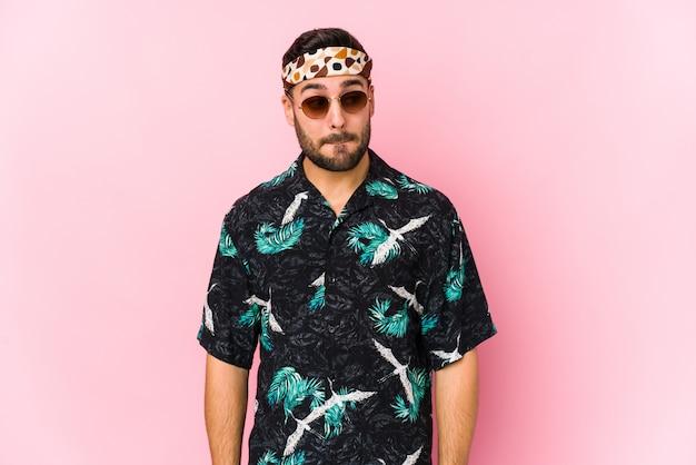 Uomo giovane hipster confuso, si sente dubbioso e incerto.