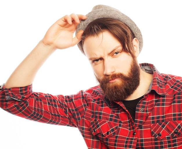 Cappello da portare dell'uomo giovane hipster. studio girato su sfondo bianco.