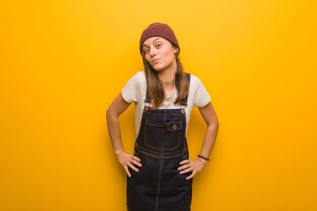 Donna giovane hipster che rimprovera qualcuno molto arrabbiato