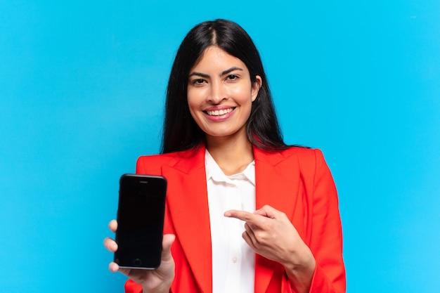 Giovane imprenditrice ispanica usando il suo telefono