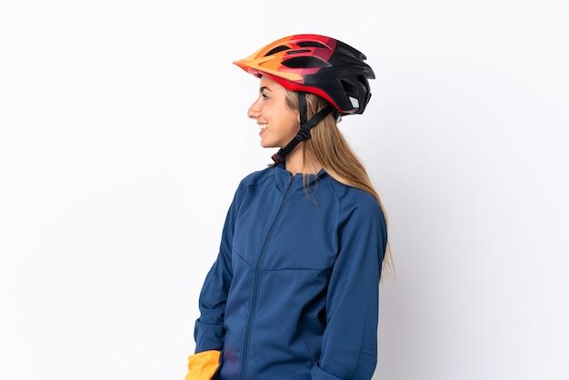 Giovane donna ciclista ispanica isolata