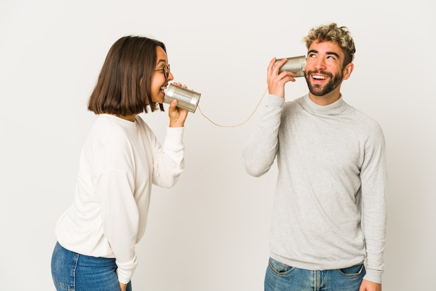 Giovani amici ispanici che parlano attraverso un sistema di barattoli di latta sognando di raggiungere obiettivi e scopi