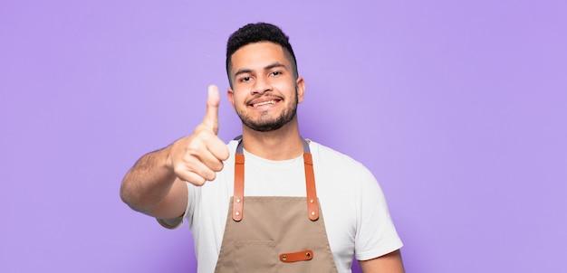Espressione felice del giovane uomo ispanico. concetto di chef