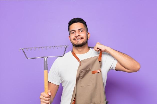 Espressione felice del giovane uomo ispanico. concetto di agricoltore o giardiniere