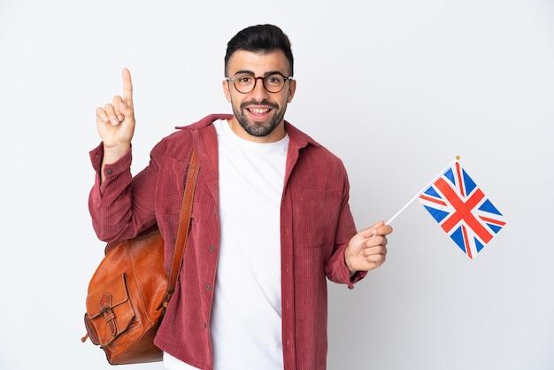 Giovane uomo ispanico che tiene una bandiera del regno unito rivolta verso l'alto una grande idea