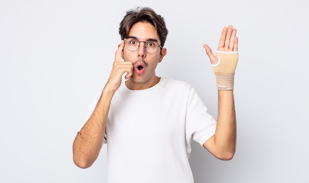 Giovane uomo ispanico che sembra sorpreso, realizzando un nuovo pensiero, idea o concetto. concetto di fasciatura per le mani