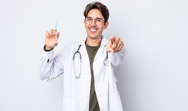 Giovane uomo ispanico che indica alla macchina fotografica che ti sceglie. concetto di siringa medico