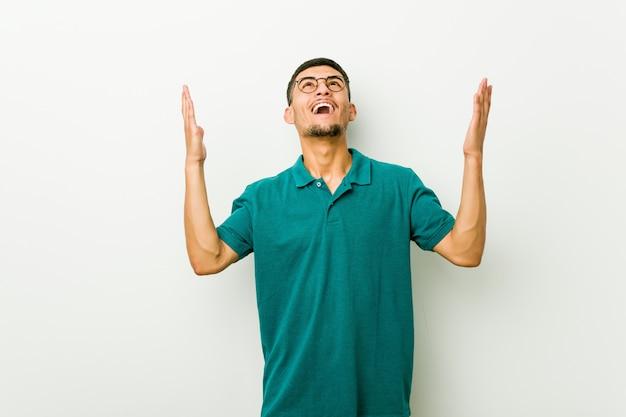 Giovane uomo ispanico che grida al cielo