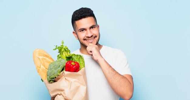 Espressione di pensiero del giovane uomo ispanico. concetto di acquisto di verdure