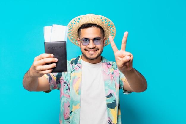Uomo giovane viaggiatore ispanico che celebra con successo una vittoria