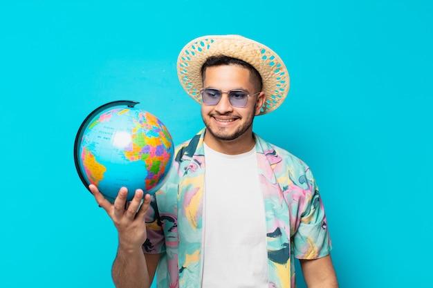 Espressione di pensiero dell'uomo giovane viaggiatore ispanico e che tiene un globo del mondo