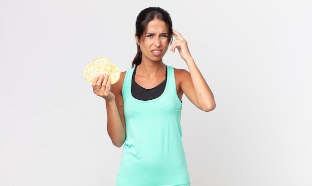 Giovane donna ispanica che si sente confusa e perplessa, mostrando che sei pazzo. concetto di dieta fitness