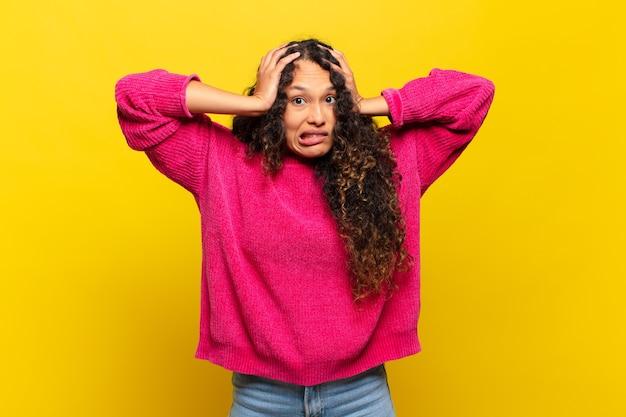 Giovane donna ispanica che si sente frustrata e infastidita, malata e stanca del fallimento, stufo di compiti noiosi e noiosi